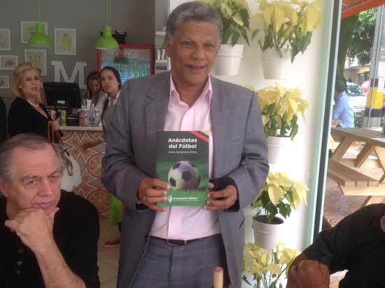 """Álvaro Santamaría, su obra, su segundo libro """"Anécdotas de fútbol, en compañía de Darío López. Foto Papo Díaz."""