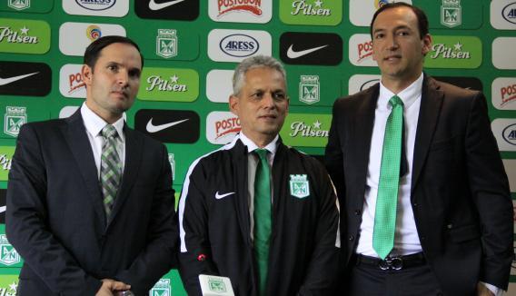 Presentación hoy jueves (4) del nuevo técnico de Atlético Nacional, Reinaldo Rueda, acompañado por los directivos Victor  Marulanda y Juan Carlos De La Cuesta. Foto tomada de la página web del Atlético Nacional