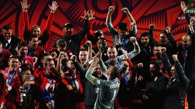 """Serbia debe su triunfo al compañerismo, al espíritu y al temple de un grupo de jugadores unidos bajo un lema, """"un equipo con un solo corazón"""", que se puso a prueba una y otra vez. Nadie podrá olvidar, por ejemplo, que su agónica victoria por 2-1 en la final contra Brasil, lograda gracias a un gol de Nemanja Maksimovic en el minuto 118, fue la cuarta que conseguía  Serbia en una prórroga. Ninguno de los partidos ganados en la segunda fase se saldó en los 90 minutos reglamentarios. De hecho, sentaron la pauta en octavos de final, cuando estuvieron a pocos segundos de quedar eliminados ante Hungría. Foto Getty Images /Fifa.com"""