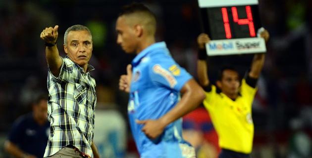 Momento en el que Jarlan Barrera abandona el campo luego de que el técnico Alexis Mendoza lo cambiara por Toloza. Foto Christian Mercado / El Heraldo