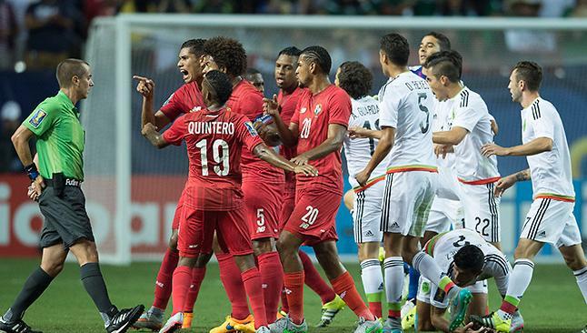 ATLANTA. Los jugadores de Panamá mostraron toda su molestia con el árbitro, luego de que se marcara un penalti sumamente polémico en favor de México, al 88'. Lo escribe la prensa mexicana. Y lo titula: ¿Festejamos?. Foto tomada de Récord.