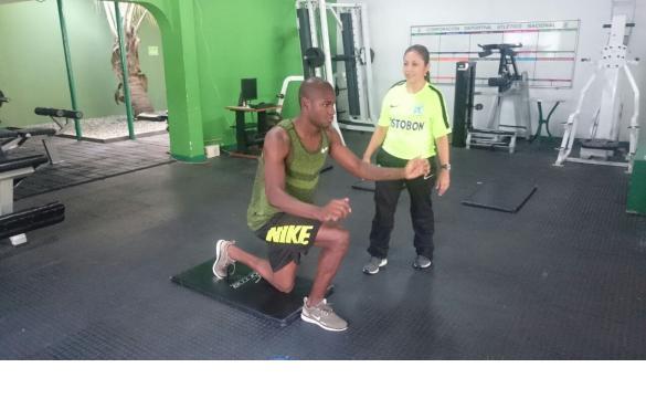 Víctor Ibarbo, de vacaciones en Medellín, aprovecha para volver al gimnasio que lo vio crecer como futbolista y al lado de la reconocida fisioterapeuta Marcela Maya. Foto tomada de la página web del Atlético Nacional