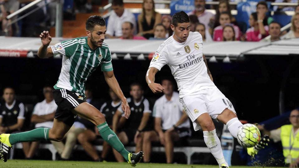 """""""James acaba con los debates"""", titular de Mundo Deportivo de España. """"Fue el mejor de los blancos ante el Betis que encajó una manita que inició Bale con un gol a los 95 segundos y la cerró él mismo. El Real Madrid se reencontró el gol con James, que marcó dos golazos y dio otro, y Karim Benzema, que también anotó"""