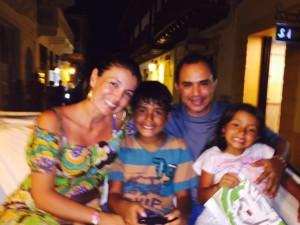 Con su esposo e hijos
