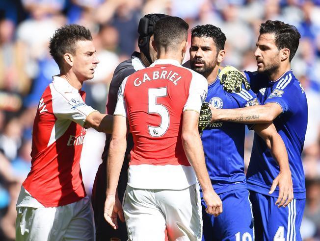 Diego Costa golpeó al defensor Gabriel Paulista (camisa 5) en la cara, pero el árbitro sacó tarjeta roja al brasileño. En todas partes hay arbitrajes discutidos. Foto EFE