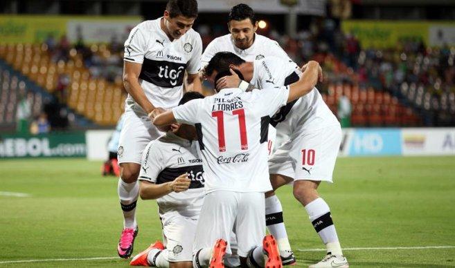 Olimpia, de Paraguay, con el 21, goles conseguidos en los minutos 4 y 14, celebró la clasificación a octavos de la Sudamericana en el Atanasio Girardot. Foto EFE.