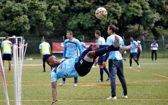 En los entrenamientos John Fredy Pajoy ensaya distintos movimientos que intenta poner en práctica en los partidos, como la chilena. Foto Juan Antonio Sánchez  / El Colombiano