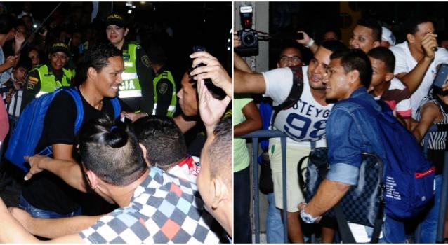 BARRANQUILLA: En la noche de este lunes (5) la llegada de Bacca y Teo genero gran jolgorio en el aeropuerto Ernesto Cortissoz. Foto Jesús Rico / El Heraldo