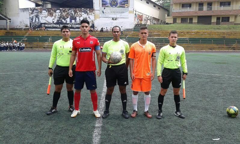 Juan Fernández, John Arboleda (capitán del Medellín), el central Luis Carlos Vanegas, Daniel Rojano (capitán del Envigado) y Esteban Carvajal. Foto Carlos Julio Serna