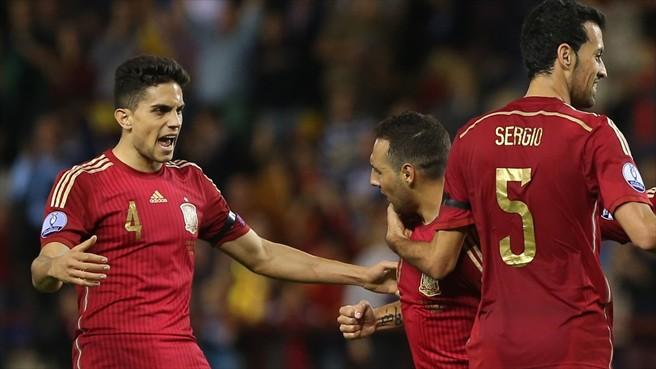 Santi Cazorla (centro) celebró con Marc Bartra (izquierda) el 1-0 para España. Foto  AFP/Getty Images/Página oficial de la UEFA