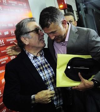 Juan Carlos Osorio se despide del presidente de Sao Paulo, Carlos Miguel Aidar, que lo habpia contratado cuando estaba en Nacional. Foto  Marcos Ribolli, globoesporte.com