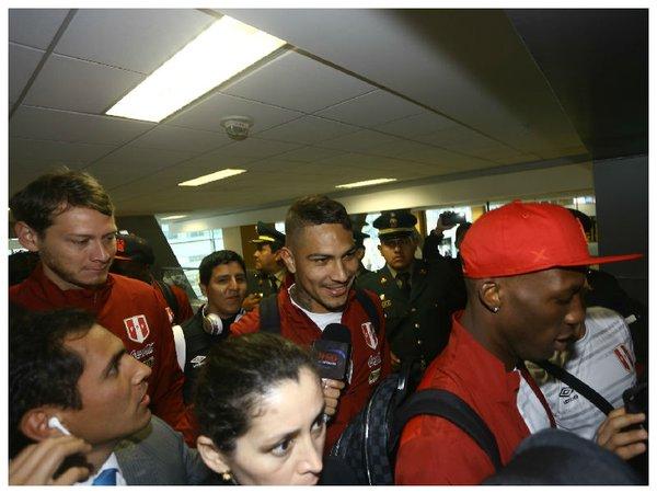 LIMA. Aeropuerto  Jorge Chavez. Paolo Guerrero el más asediado a la hora de tomar el vuelo hacia Colombia. El Bocón