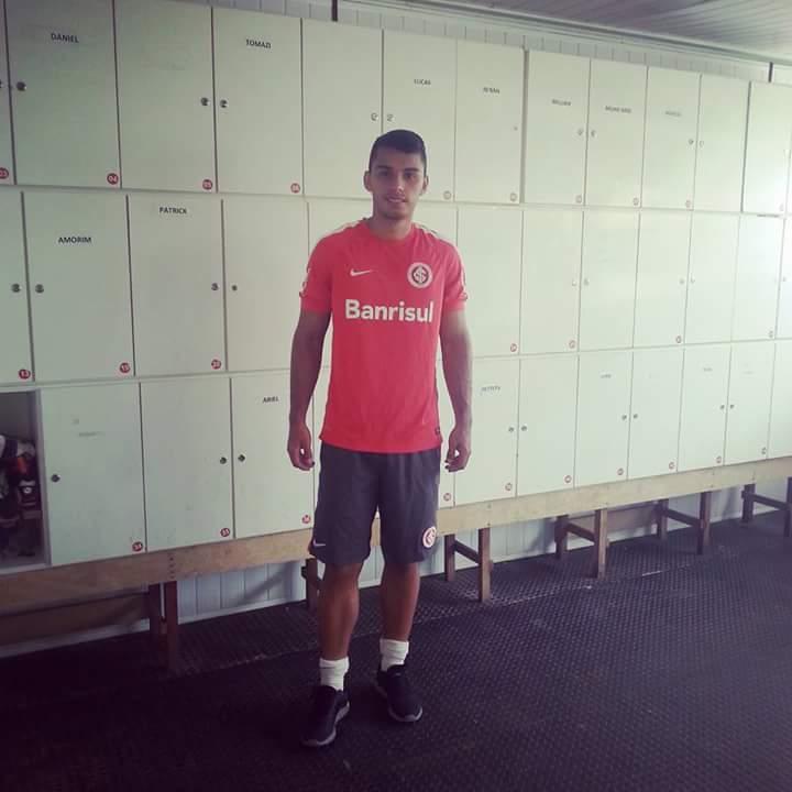 Yordy Ocampo con camiseta brasilera.