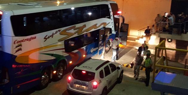 BARRANQUILLA. A las 7:30 p.m. de este domingo  (15) aterrizó en el aeropuerto Ernesto Cortissoz la delegación albiceleste en un vuelo chárter que hizo escala en Perú. Un autobus ingresó a la pista de aterrizaje, recogió a los jugadores y los trasladó al hotel de concentración, evitando cualquier tipo de contacto con aficionados o los medios de comunicación. Foto William González /El Heraldo