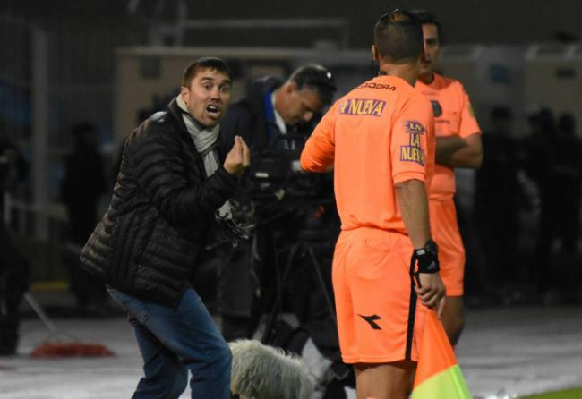 Luego del pitazo final, Coudet, técnico de Rosario,  fue a discutir con Ceballos y sus colaboradores. Victoria polémica de Boca Juniors. // Telam / Diario Perfil