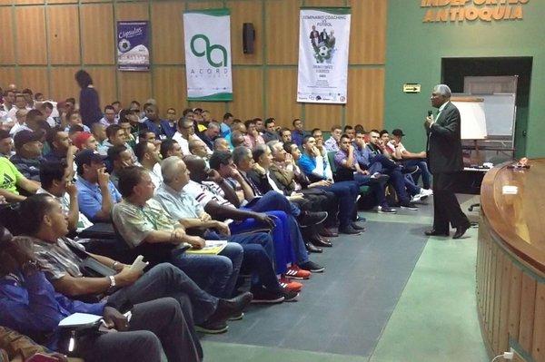 Con éxito se abre seminario Coaching Vs Fútbol