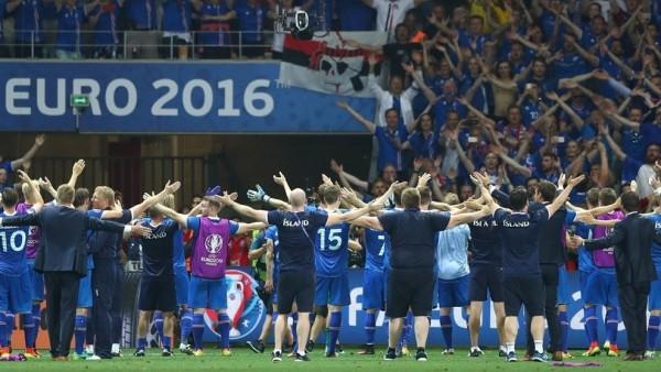 Los goles de Ragnar Sigurdsson y Kolbeinn Sigthórsson marcaron los goles islandeses que permitirán a la selección nórdica jugar contra Francia en Saint-Denis el 3 de julio. Y de paso precipitaron la renuncia del seleccionador de Inglaterra, Roy Hodgson. Foto tomada de la página web de la UEFA.
