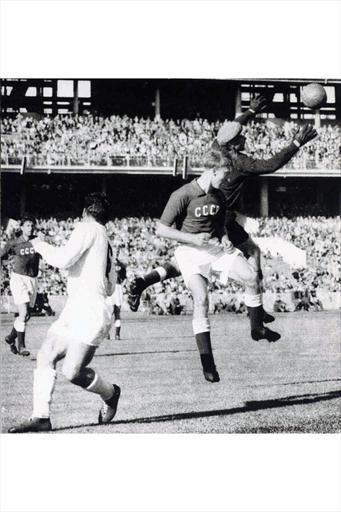 Melbourne 1956. Ganador Unión Soviética, segundo Yugoeslavia y tercero Bulgaria. Señala fifa.com que debido a la revolución húngara y la invasión soviética resultante, sólo once equipos participaron en este torneo, volviendo así, el Torneo Olímpico de Fútbol, a sus albores de 1908 y 1912. Foto fifa.com