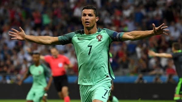 Ronaldo volvió a ser decisivo una vez más y ayudó a los suyos a meterse en la gran final del domingo. Primero adelantó a los suyos con un soberbio frentazo en el 50', y tres minutos después asistió a Nani en el 2-0. Foto tomada de la página web de la UEFA.