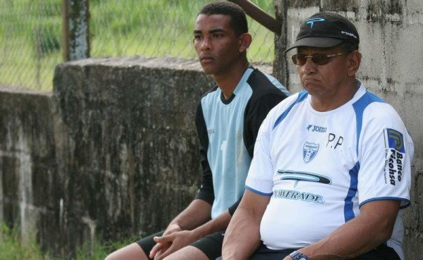 Pedro Zape, al lado de Reinaldo Rueda como preparador de arqueros. Acá en el banco de la Selección Honduras. Foto tomada de www.diez.hn