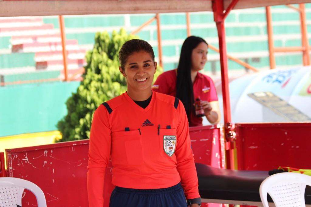 Luz Mila González, árbitra profesional de fútbol, hoy instructora de la Liga de Santander. Foto Álvaro Galeano.