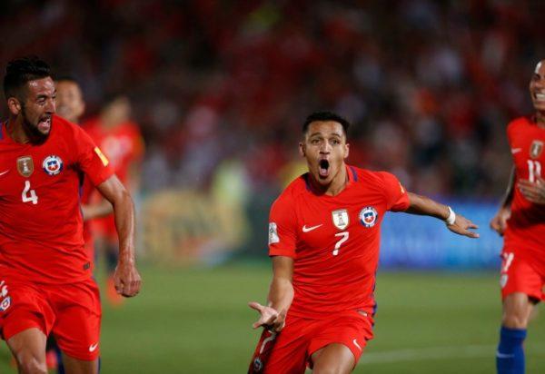 SANTIAGO. Alexis Sánchez se puso el traje de héroe y le da un triunfo clave ante Uruguay con un doblete suyo. //AP, tomada del diario Perfil.