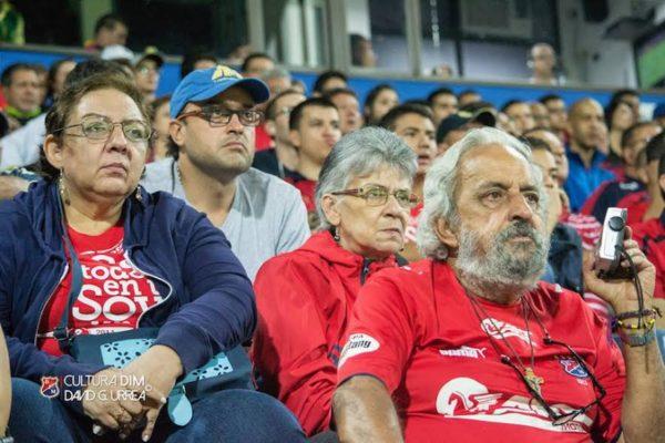 Maria Victoria Zapata, hincha emblemática del DIM, la Dama Roja del comentario, siempre pendiente de su equipo.