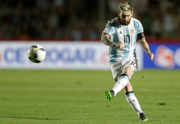 SAN JUAN. El momento en que Messi acaricia la pelota que terminó en el ángulo del arco colombiano. // AP, tomada del diario Perfil.