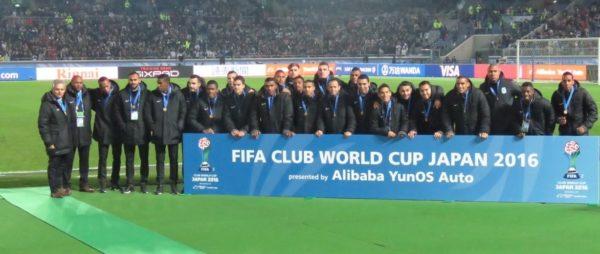 Con el Pregón Verde de fondo en el estadio Internacional de Yokohama, la delegación nacionalista recibió la medalla que los identifica como el tercer mejor equipo el Mundo 2016. Foto cortesía Atlético Nacional.