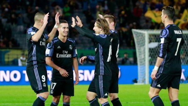 Felicitaciones para Benzema, autor del primero de dos goles de Real madrid que acabó con el invicto de América de México en la Copa Mundial de Clubes. Foto tomada del diario Récord-México.