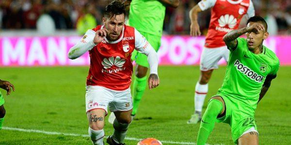 BOGOTÁ. Jonathan Gómez marcó de penal el empate para Santa Fe pero debió salir por lesión. Foto Luis Álvarez / Postobón Deportes.