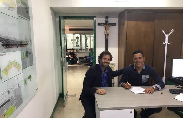 Aldo Leao Ramírez firmó este martes con nacional por un año en compañía de su representante, el exfutbolista Lucas Jaramillo. Foto Atlético Nacional.