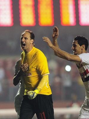 Rogério convirtió de penal, victoria este miércoles de Sao Paulo 3x2 ante Santos en el Morumbí.  Sumó 128 goles y quedó como el décimo mejor artillero en la historia del tricolor. Juan Carlos Osorio estuvo en un palco, todavía no recibe el permiso de trabaj. Foto globoesporte