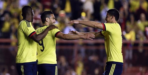 BUENOS AIRES. Falcao es felicitado por James Rodríguez y James Rodríguez. Gol y triunfo de Colombia frente a Costa Rica, amistoso antes de la Copa América. Foto AP