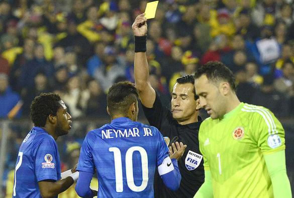 """Enrique Osses se demoró en mostrarle amarilla a Neymar. Luego, en desarrollo del juego, le perdonó una asgeunda amarilla para que saliera expulsado. Y en la zona mixta, después del pitazo final, algo le dijo el capitán brasileño al central que debe ser informado. De momento, serán dos fechas de suspensión y este Brasil depende mucho del """"10"""". Foto AFP."""