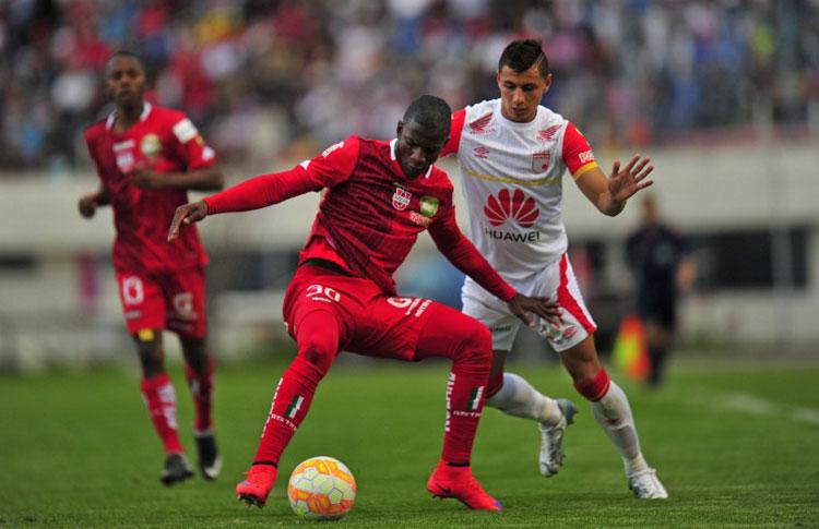 Para el visitante Santa Fe fue buen resultado empatar con Liga de Loja. Foto AFP
