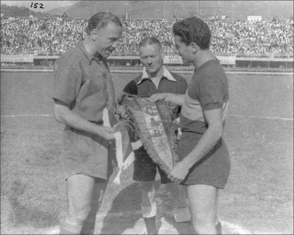 José Manuel Moreno, a la izquierda, campeón con el DIM en 1955. Después lo sería como técnico y jugador. Foto tomada de todofutbolpasion.