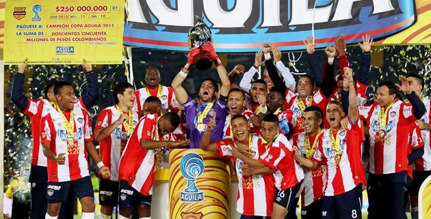 BOGOTÁ. Con sufrimiento pero Junior celebra el título de la Copa Águila. Y clasificado a la Copa Sudamericana, ese el mejor premio. Foto EFE