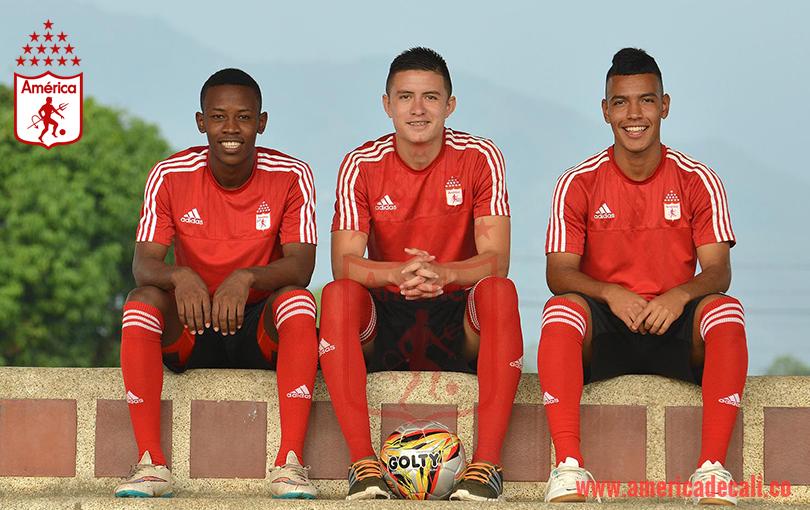 Camilo Monroy, primero a la derecha, se formó en las categorías Sub-13 y Sub-15 de Águilas Doradas, hoy ascendido al plantel profesional de América. Foto tomada de la página web de América.