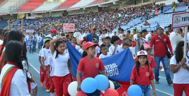 BARRANQUILLA. El estadio Metropolitano se llenó de fútbol este domingo (3) con motivo del Torneo Ssefal. Foto Luis Felipe De la Hoz / El Heraldo
