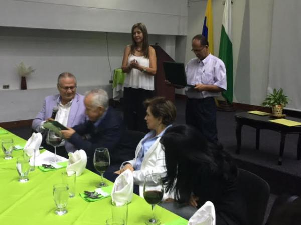 Homenaje al Dr. Darío de Greiff no de Nacional sino de padres de familia agradecidos por su gestión y apoyo a las divisiones menores.
