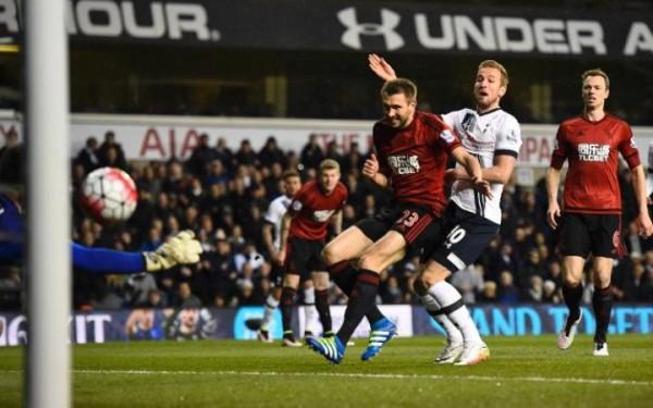 Harry Kane busca el gol en los primeros minutos como Spurs tratar de cerrar la brecha en Leicester CRÉDITO: ACTION IMAGES