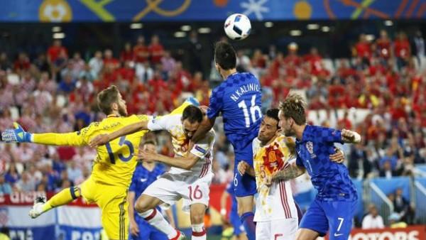España se deja dar la vuelta al marcador y queda segunda de grupo. Ramos falla un penalti y surgen las primeras dudas ante un rival superior. Foto tomada del diario ABC.