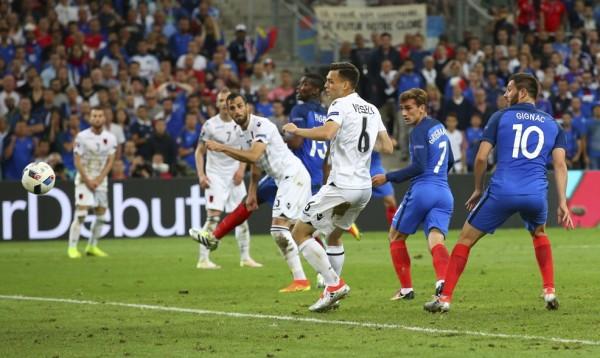 El balón no quería entrar al pórtico hasta un cabezazo de Griezmann, minuto 89. Y en reposición, el segundo para Francia 2-Albania 0, sexto día de competencias en la Eurocopa. Foto tomada de la página oficial de la UEFA.