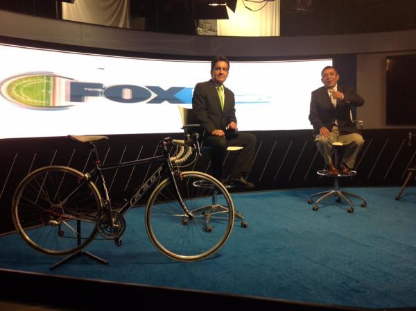 Carlos Orduz, en compañía de Rubén Darío Arcila, en una de las transmisiones internacionales de ciclismo por Fox Sports en los estudios de México.