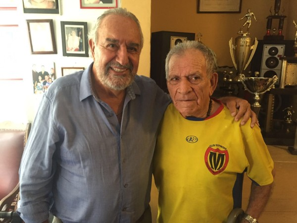 Con uno de sus destacados atacantes en la época de El Coco, con el Dr. Rodrigo Ramírez. Para nada abandona su tarea del fútbol. Con su bason de aluminio madruga sagradamente a la cancha Carlos Álvarez. Sigue formando jugadores.
