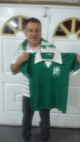 Eduardo Raschetti conserva la camiseta que lució con Nacional 1976.